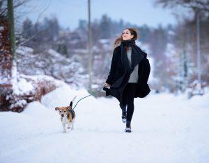 Kvinne går tur med hund.
